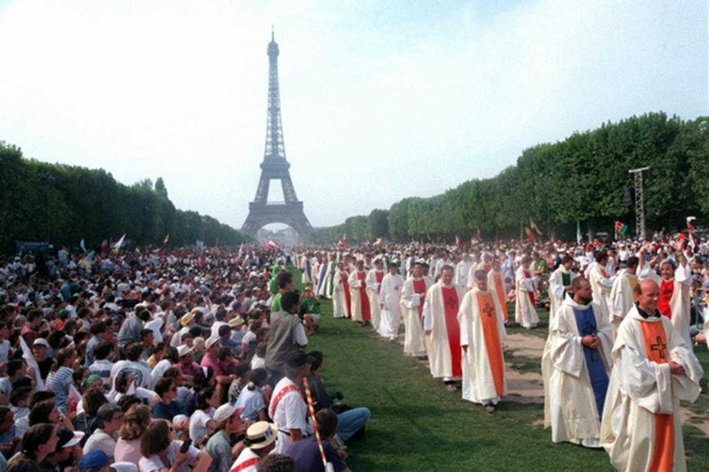 La Messa di apertura della Gmg del 19 agosto 1997 al Champ de Mars a Parigi con 300mila giovani -