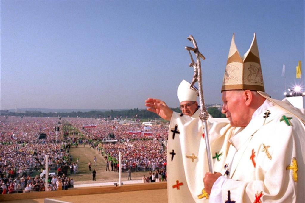 Giovanni Paolo II davanti al milione di giovani radunati a Longchamp per la chiusura della Gmg di Parigi il 24 agosto 1997 -