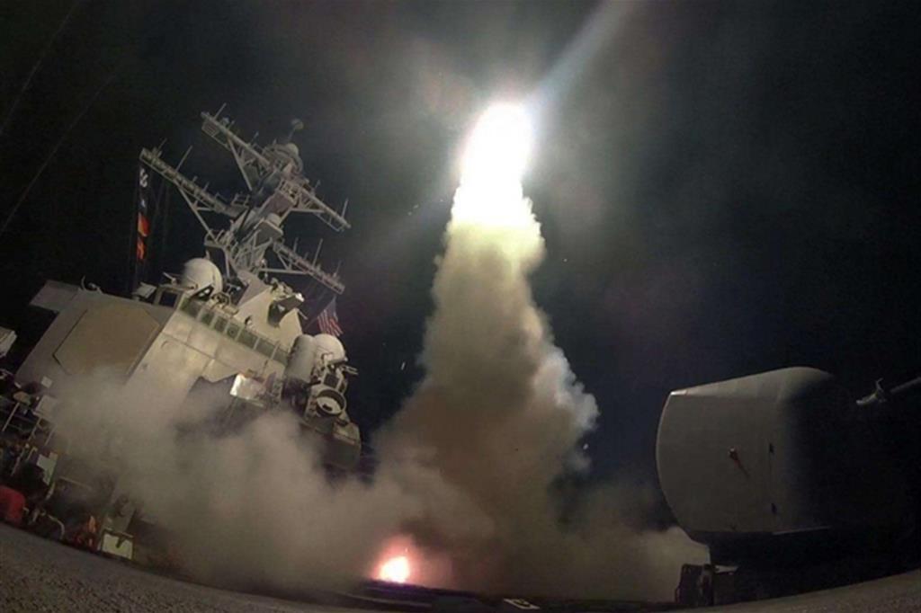 Il lancio dal cacciatorpediniere Uss Porter di uno dei missili Tomahawk che la notte scorsa hanno colpito in Siria (Ansa / Marina militare Usa)