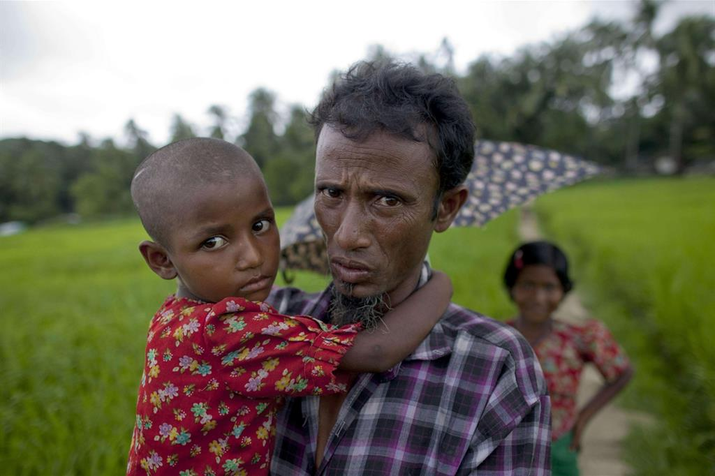 Continua la fuga del popolo Rohingya (Le foto sono dell'agenzia Ansa) -