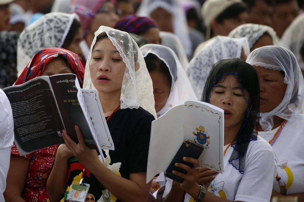 Fedeli alla Messa celebrata dal Papa a Yangon (Ansa)