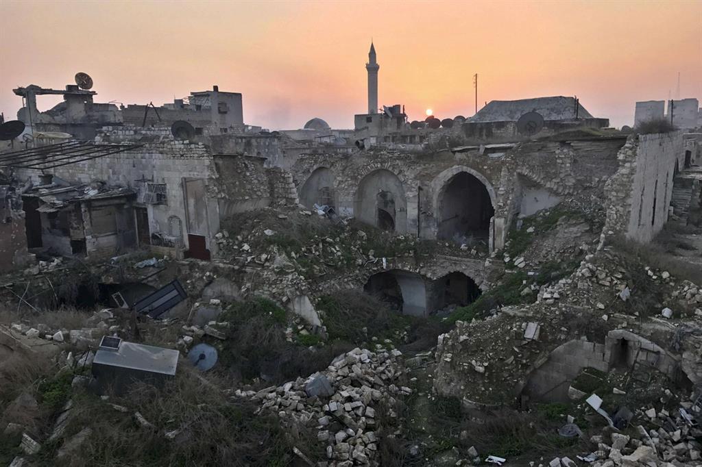 Le macerie dopo il lungo assedio nel cuore della città martire siriana di Aleppo: il centro è stato devastato dai combattimenti dal luglio 2012 al dicembre 2016 (Ansa)