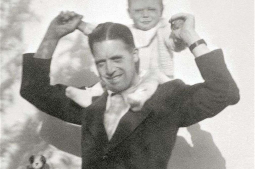Il nuovo beato Josef Meyr-Nusser tiene sulle spalle il figlio Albert nato dal matrimonio con Hildegard. Cresciuto nell'Azione cattolica diede vita a un'esperienza di cattolicesimo vissuto dentro una minoranza di giovani coraggiosi, alternativa a quel culto del capo che l'ideologia nazista inculcava