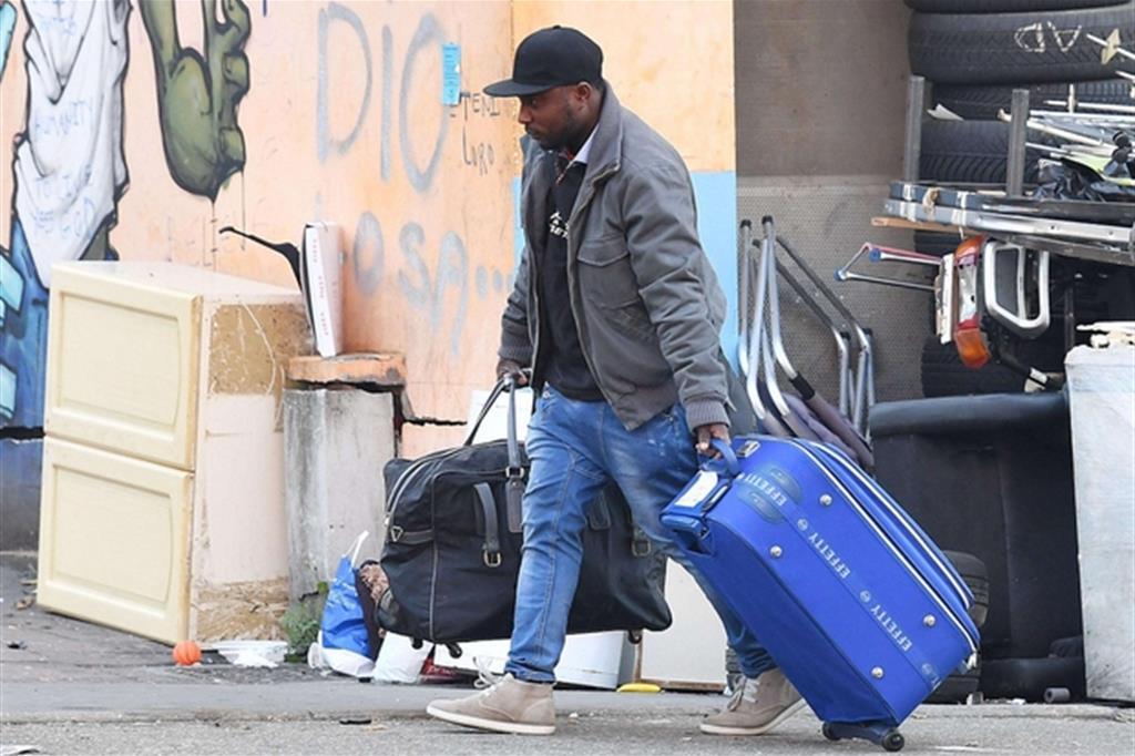 Uno dei migranti che questa mattina ha lasciato il villaggio ex Moi