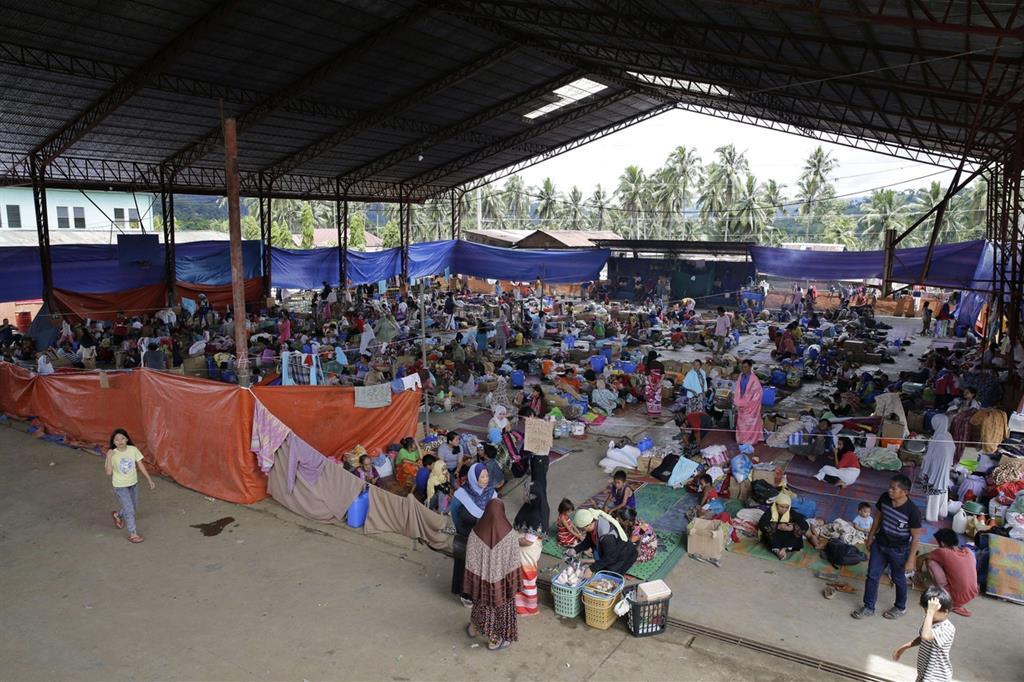 Civili in fuga dalla città assediata in un centro di prima accoglienza -