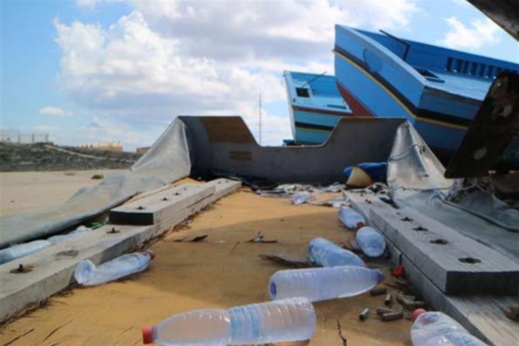 Accanto agli scafi, nel sito sono rimasti molti degli oggetti personali dei migranti. Il legno prelevato dalle imbarcazioni abbandonate è stato trasformato dall'artista in sculture che raccontano i singoli naufragi. -