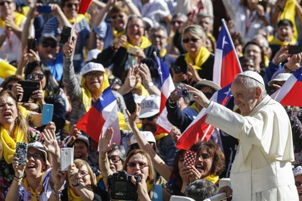 Papa francesco chi ama non sta in poltrona a guardare for Chi va a roma perde la poltrona