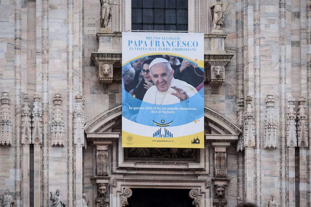 Come seguire da casa la visita di papa francesco a milano - Papa francesco divano ...