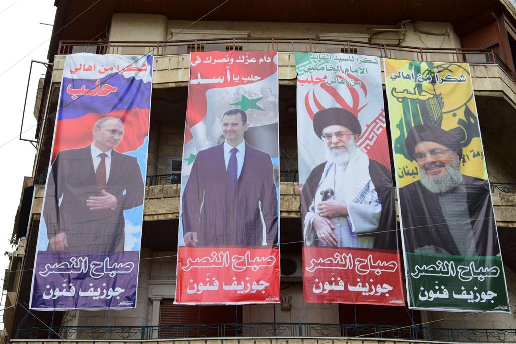 Manifesti inneggianti al presidente Assad, Putin e alla leadership iraniana -