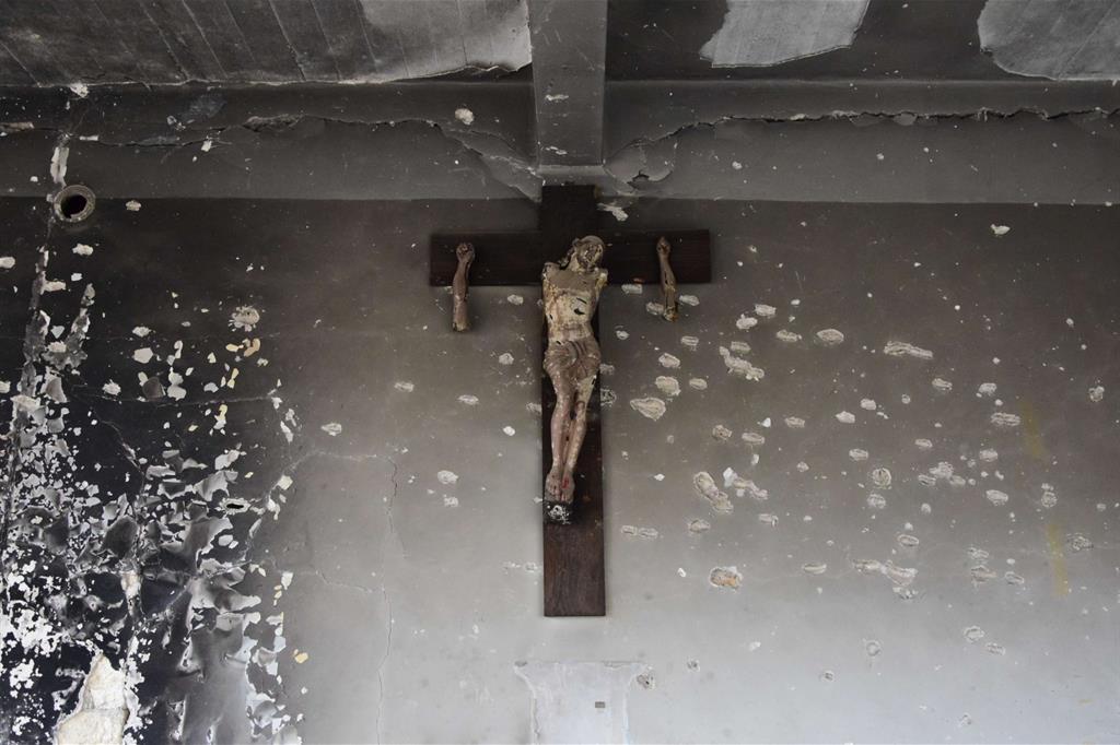 Il crocifisso nella ex sede degli scout ad Aleppo Est. I jiadisti si sono accaniti sul Cristo -