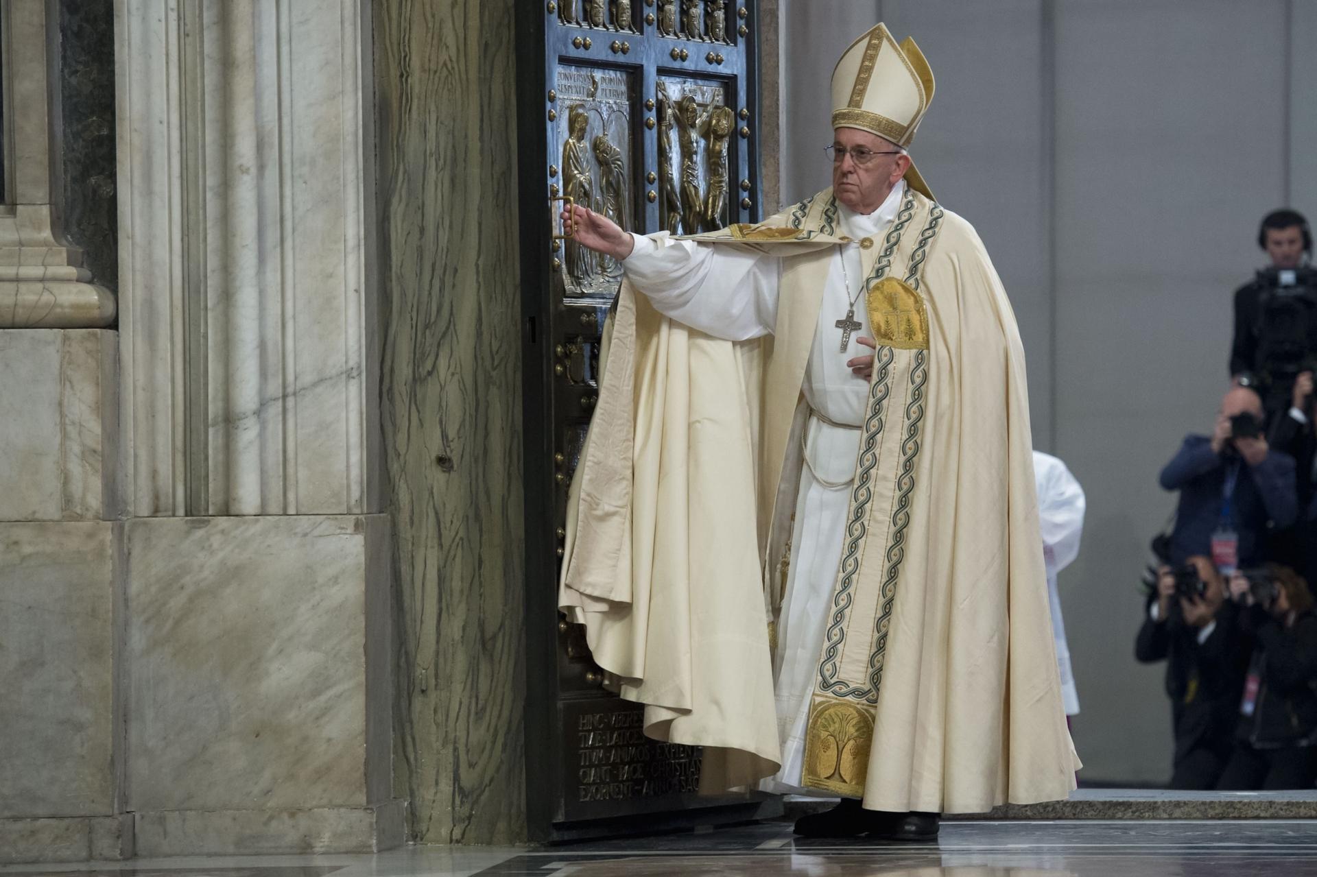 Francesco da quattro anni il papa della gente - Papa francesco divano ...