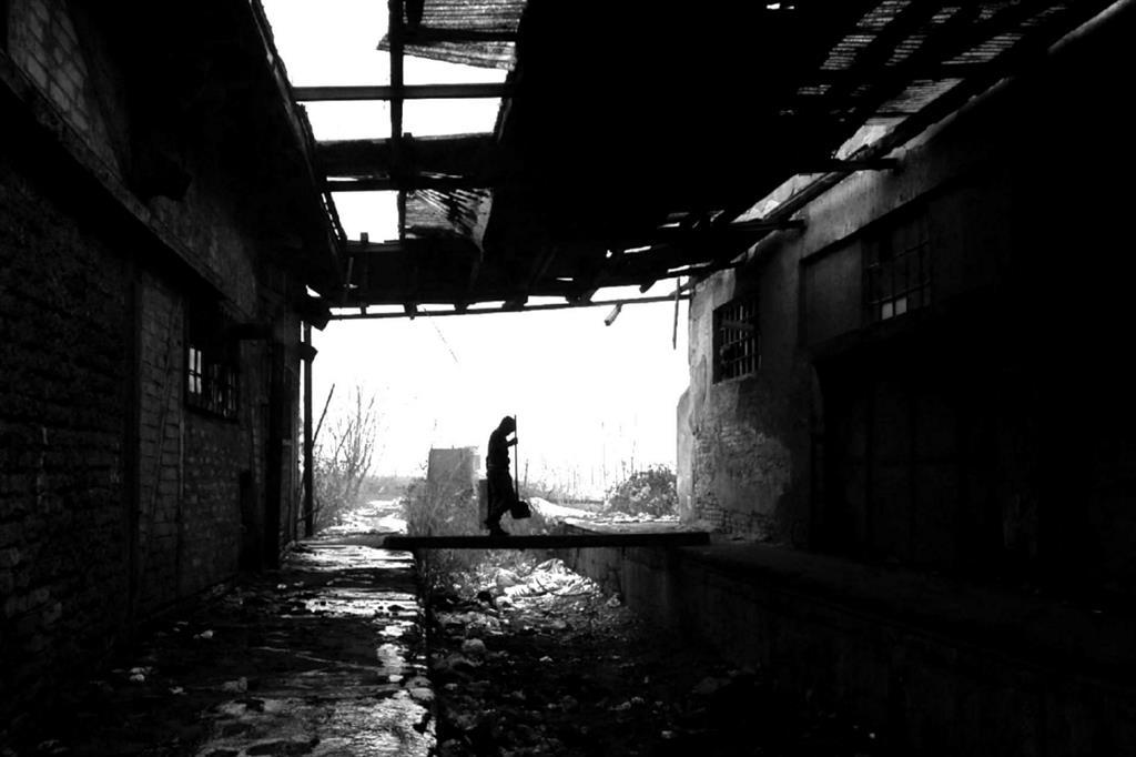I volontari dell'associazione One Bridge to Idomeni, presieduta da Giulio Saturni, hanno raccontato di essere arrivati nella stazione di Belgrado, trovando davanti a loro uno scenario a dir poco desolante fatto di vecchi stabili abbandonati trasformati in rifugi di fortuna, anneriti dal fumo denso e acre, che entra nella pelle e nelle narici, di fuochi alimentati da rifiuti e combustibili di ogni sorta. -