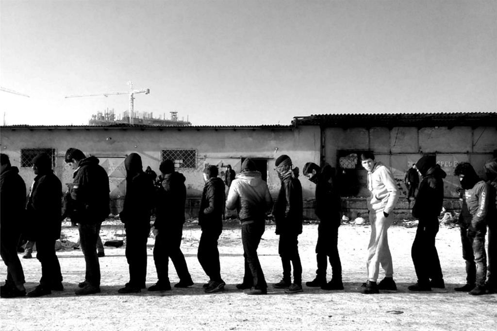 Ad aggravare ancora di più la situazione sono i trattamenti disumani e degradanti che sono riservati indistintamente chi tenta di attraversare il confine con l'Ungheria. «Ali, un ragazzo Afgano di 16 anni, ci ha raccontato - ha spiegato uno dei volontari di One Bridge to Idomeni - che, con un suo coetaneo, nel cercare di varcare il confine sono stati fermati dalla Polizia e dalla popolazione Ungherese.  Aggrediti dai cani e fermati con i bastoni, ci ha mostrato la giacca squarciata e una ferita alla mano. Sono stati derubati di soldi e cellulare, immobilizzati al freddo per ore, in piedi, senza giacca e guanti, poi gli hanno versato in testa e sugli indumenti acqua fredda, solo allora li hanno lasciati andare». -