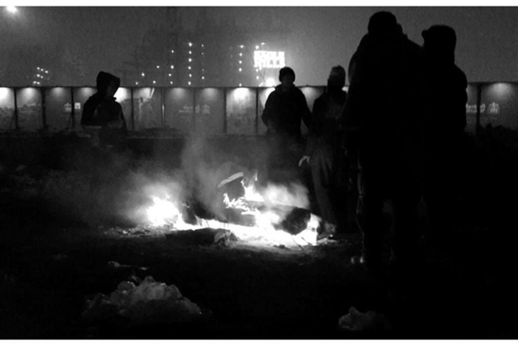 Oltre 1.500 persone sopravvivono da settimane oramai nella vecchia stazione ferroviaria di Belgrado, bivaccando tra edifici fatiscenti, senza acqua e senza elettricità. Ed è qui che si sono diretti 4 volontari di One Bridge to Idomeni con un camper carico di 50 scatoloni di vestiario invernale. -