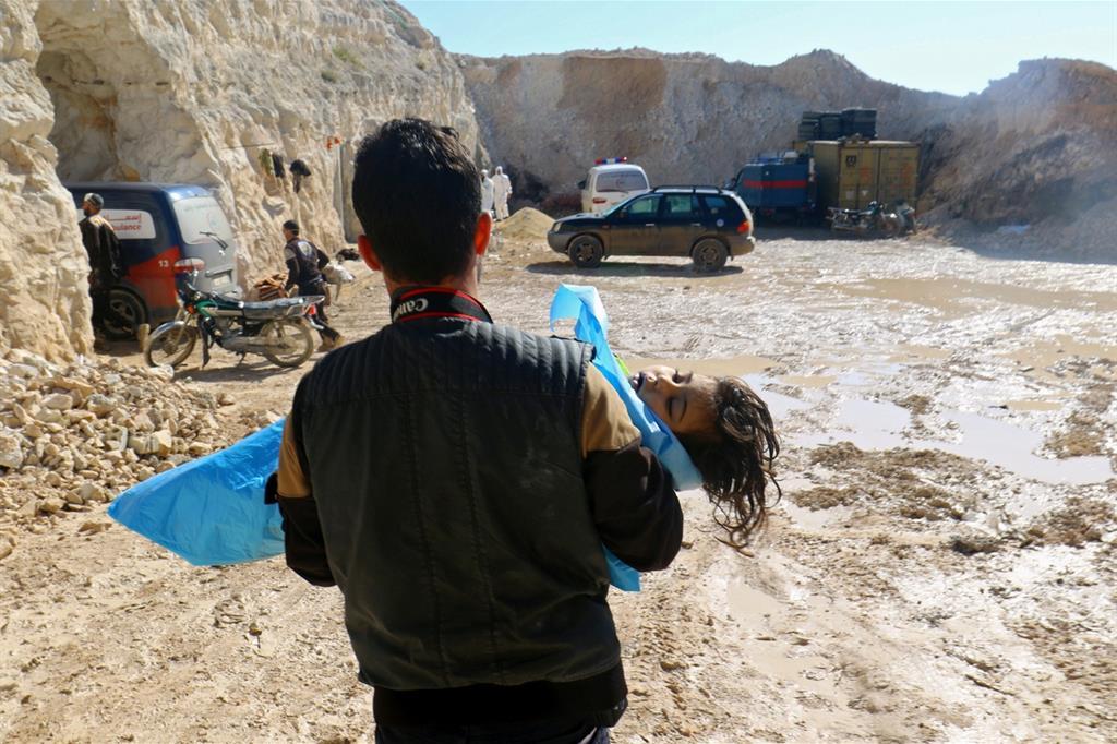 Una piccola vittima del bombardamento chimico di Khan Sheikoun (Reuters)