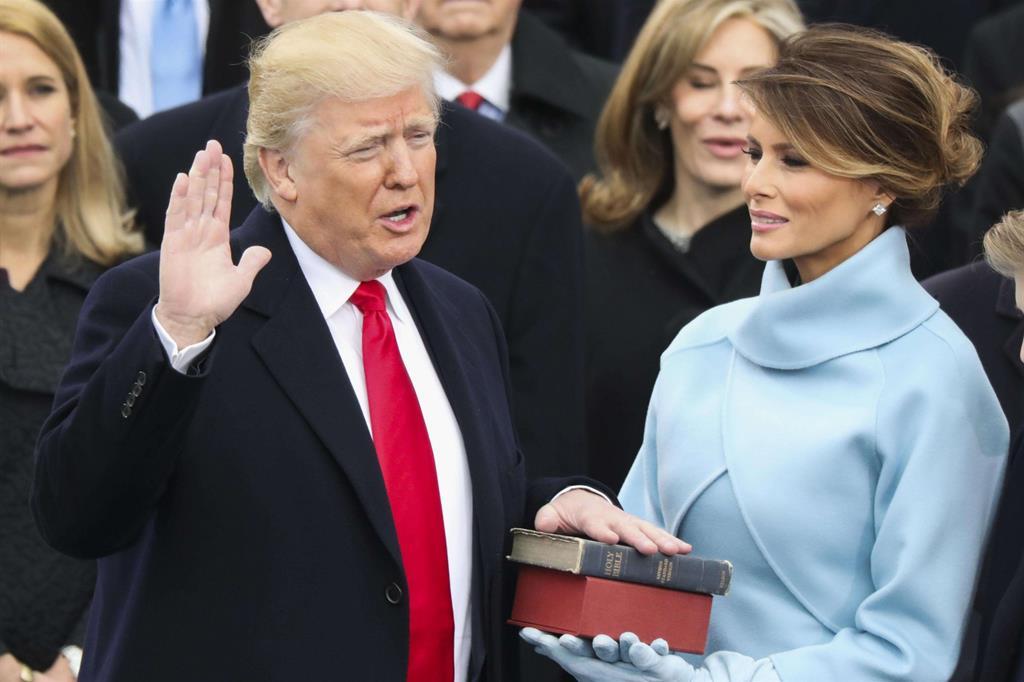 Donald Trump giura su due copie della Bibbia -
