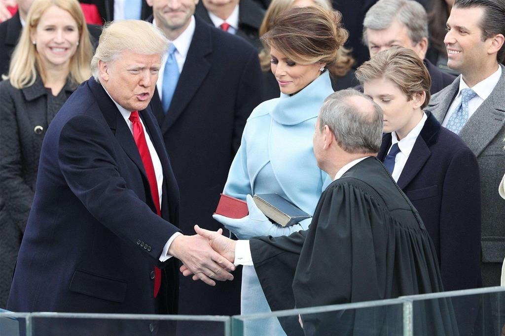 Un momento del giuramento di Trump -