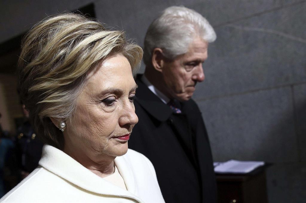La sconfitta. Hillary Clinton col marito Bill, ex presidente degli Stati Uniti -