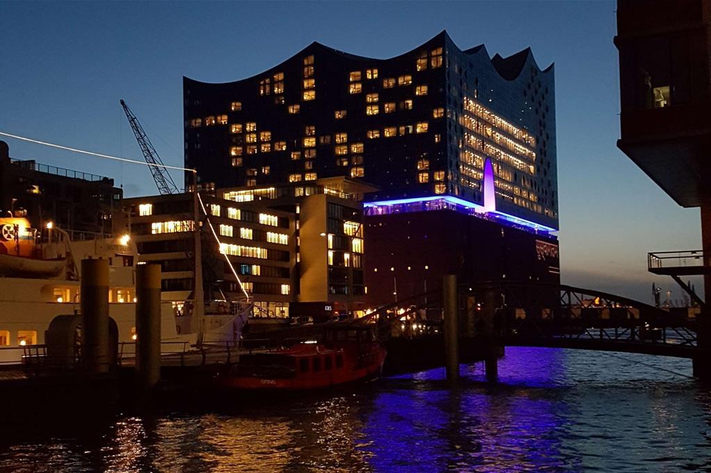 La parte posteriore della Elbphilharmonie evidenzia come si disponga su un'ampia superficie trapezoidale. All'interno il corpo in vetro ospita due sale per i concerti e un hotel (Beltrami) -
