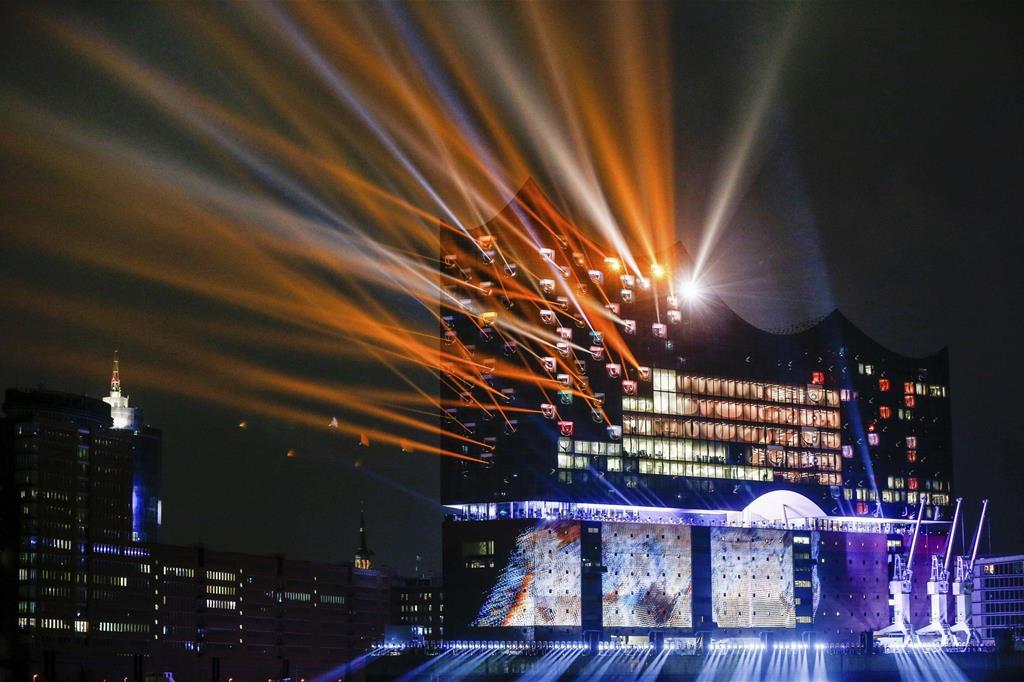 Molte polemiche hanno accompagnato l'edificio, a partire dai tempi di costruzione (passati da 4 a 10 anni) e i costi (decuplicati dai 70 milioni di euro previsti ai 780 finali). Ma dal punto di vista tanto architettonico quanto politico la Elbphilharmonie ha raggiunto pienamente il suo scopo. L'auditorium è diventato il simbolo di Amburgo, un'icona capace di identificare lo spirito di una città attenta a ritagliarsi un nuovo ruolo nell'Europa del futuro (Ansa) -
