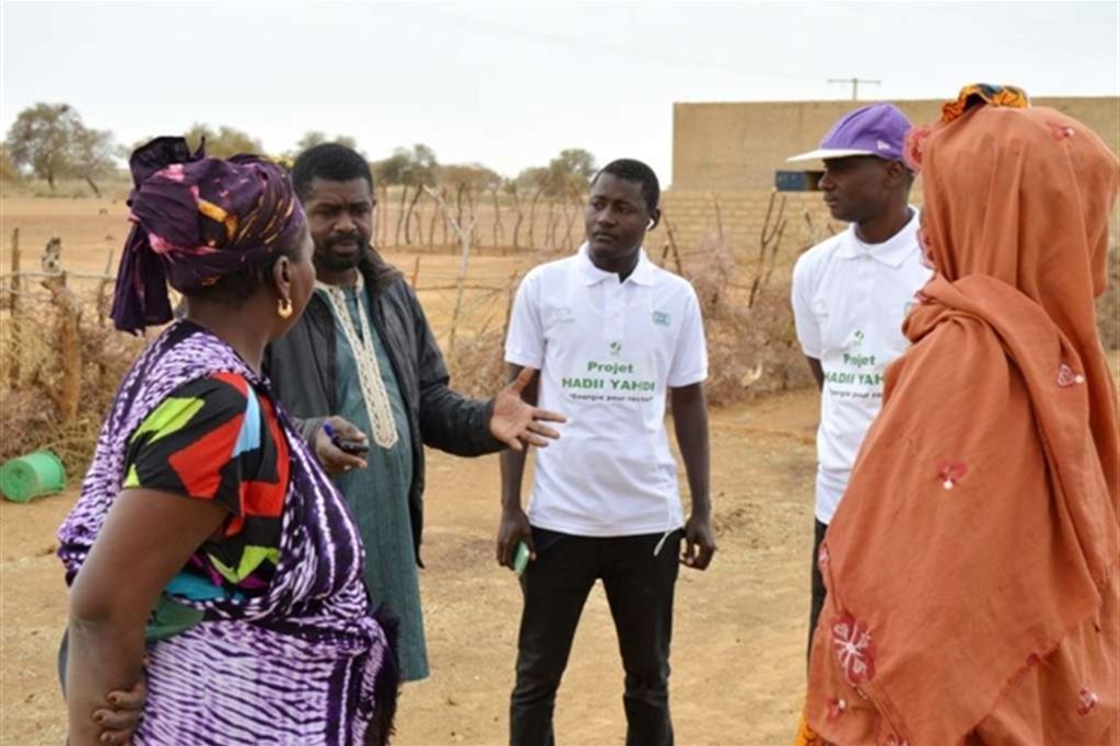 Chi parte e chi resta. La Regione di Matam è uno dei tre bacini più grandi di emigrazione in Senegal. A partire sono soprattutto gli uomini, quasi il 99%. Con chi resta, donne e ragazzi, gli operatori di Green Cross pianificano gli interventi sul terreno. -