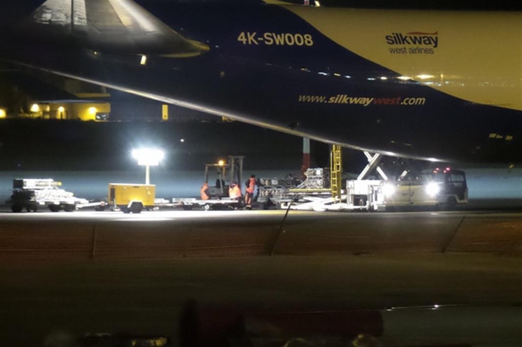 """Nella foto il momento in cui vengono caricate su un cargo le bombe aeree del tipo """"Mk"""". Le spedizioni avvengono dall'aeroporto di Cagliari Elmas"""