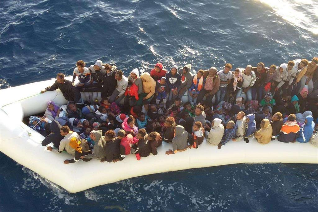 Catania, sbarcati 421 migranti (98 minori); addosso i segni della tortura