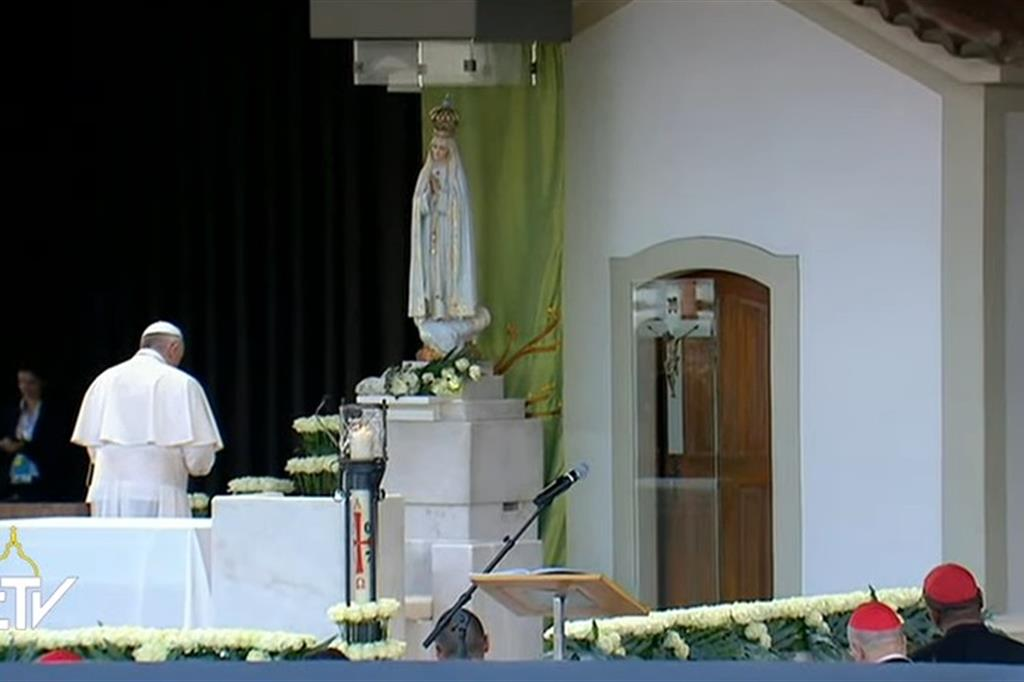 Ecco la preghiera del Papa davanti alla Madonna di Fatima