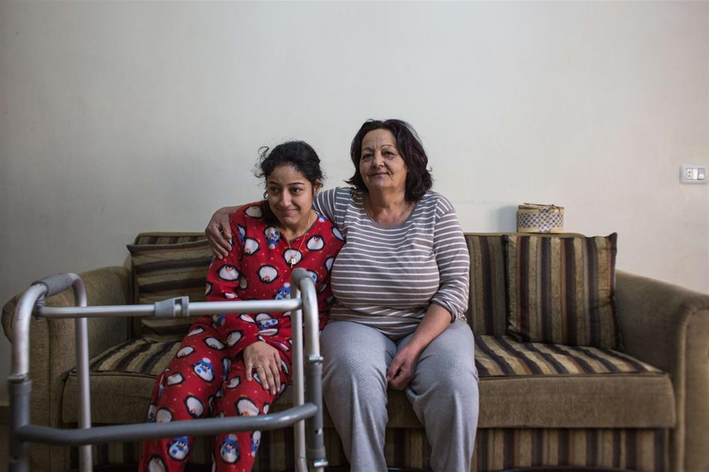 Al-Mansoura, Valle della Bekaa, Beirut.Teresa e Ruba sedute nel soggiorno di casa (foto Arianna Pagani)