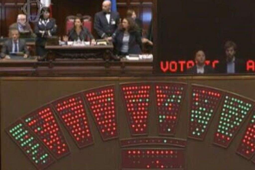 Il patto a 4 va sotto alla camera scontro pd m5s for Votazioni alla camera
