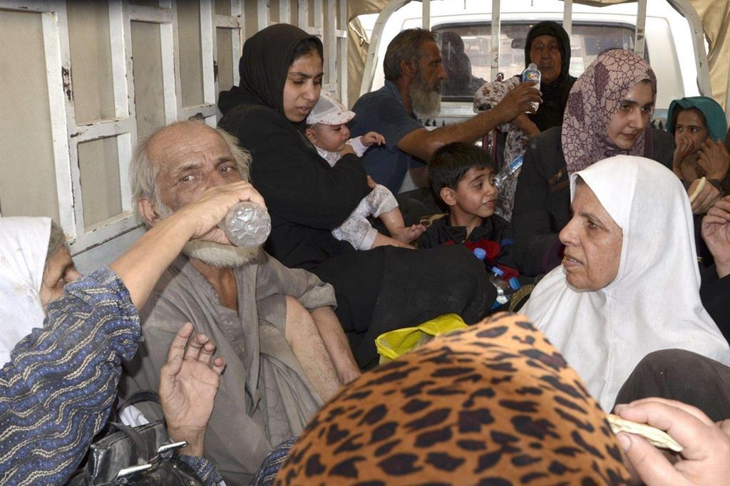 I primi soccorsi in una postazione dell'esercito iracheno a sfollati in fuga da Mosul (Epa)