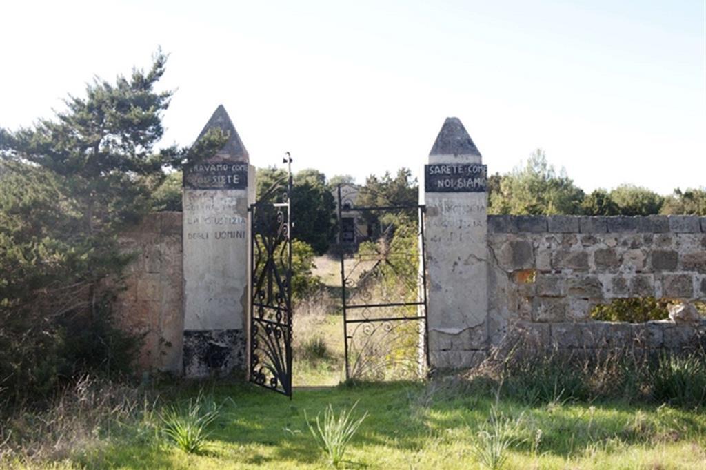 """Silvia Camporesi, """"Planasia (il cimitero dei carcerati)"""", 2014 -"""