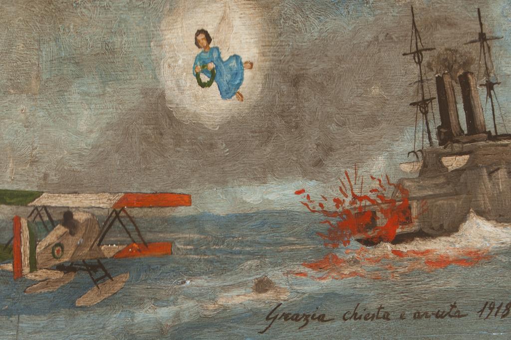 """Anonimo, """"Grazia chiesta e avuta 1918"""", tempera magra su tavola. Idrovolante italiano della Prima Guerra Mondiale. Il disegno non corrisponde a un modello particolare. La nave sembra essere in fiamme a causa dell'esplosione di una mina. -"""