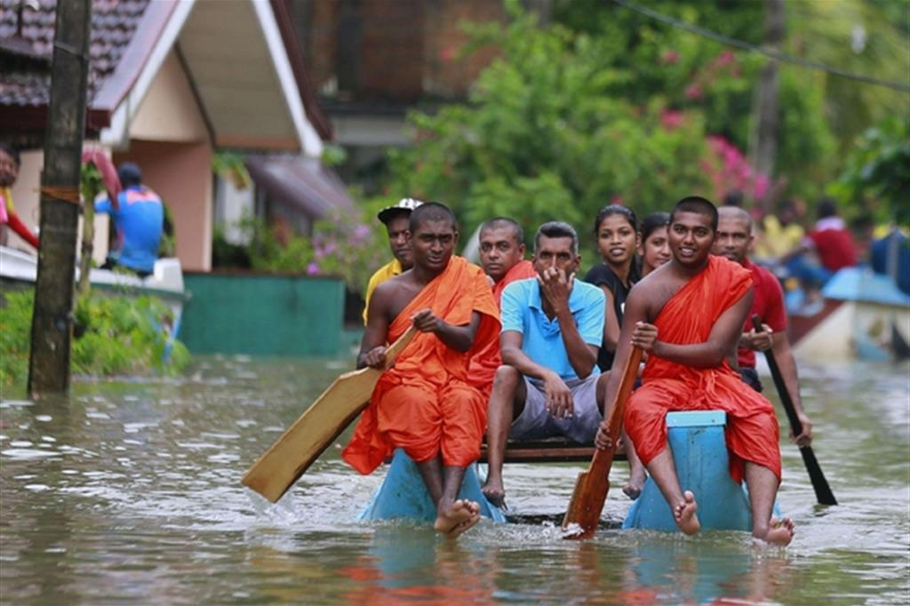 Cresce il bilancio delle inondazioni provocate da forti piogge monsoniche: i morti sono 166 morti e almeno 102 dispersi e 88 feriti nello Sri Lanka, anche in ragione di frane prodottesi in diverse località del Paese insulare al largo della costa sud-orientale del subcontinente indiano. -