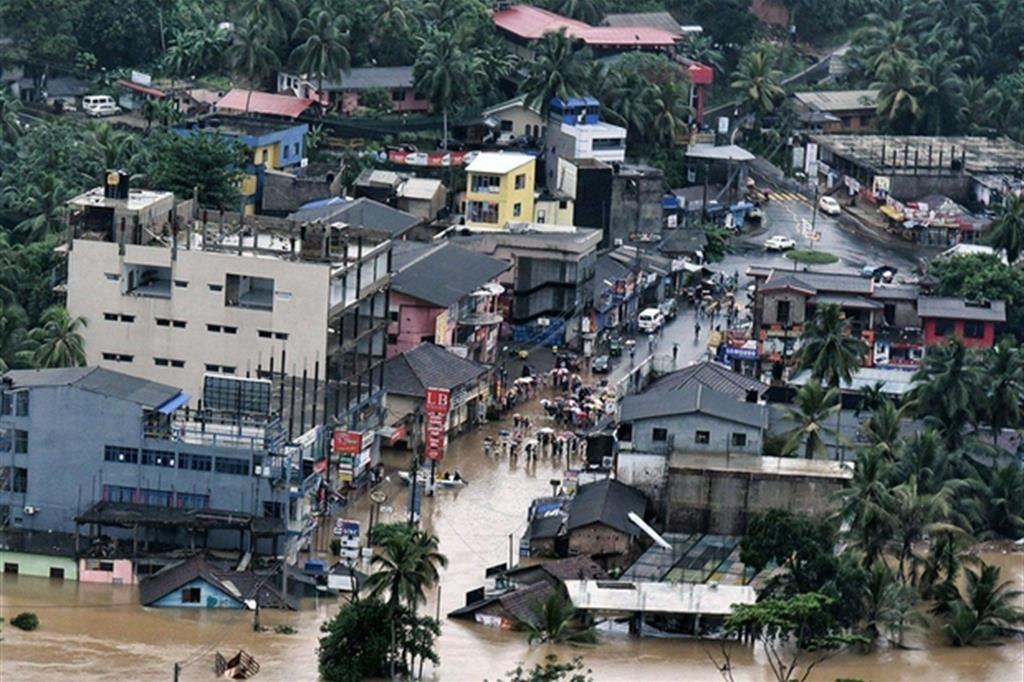 Le operazioni di soccorso della popolazione sono condotte anche dai militari, con l'impiego di una decina di velivoli. -