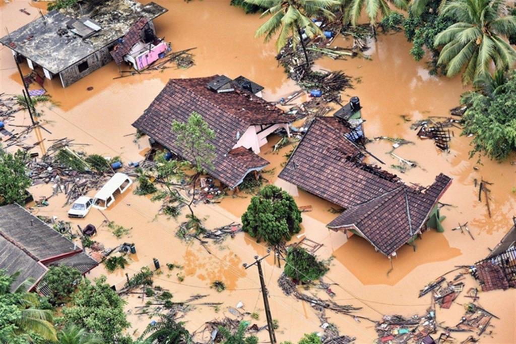 Le previsioni meteo prevedono una riduzione della pioggia per le prossime ore. La maggior parte delle vittime - quasi ottanta - si sono registrate in soli due distretti: Ratnapura e Kalutara, ad un centinaio di chilometri a sud della ex capitale Colombo. A Rathnapura, centro principale cingalese della lavorazione delle gemme, il fiume Kalu ha rotto gli argini e si è riversato in tutta la città. (Foto Ansa/Epa) -