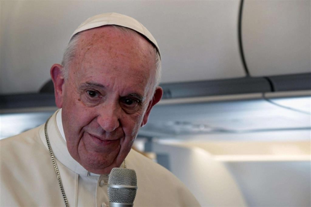 Papa Francesco parla con i giornalisti al ritorno da Fatima (Ansa)