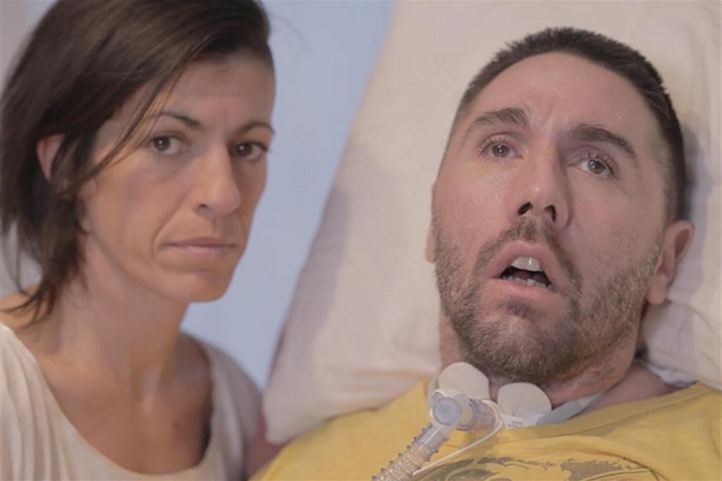 Fabiano e la moglie Valeria in un fotogramma del video con l'appello al presidente della Repubblica. «Sono bloccato a letto immerso in una notte senza fine»