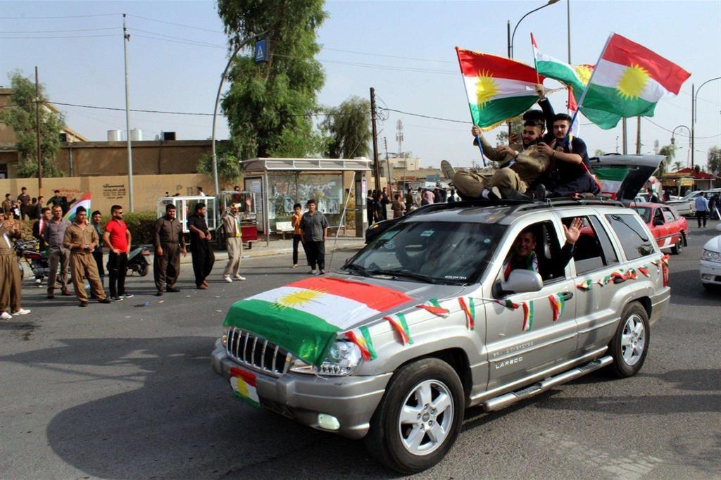 Festeggiamenti per le vie di Kirkuk subito dopo il voto (Epa)