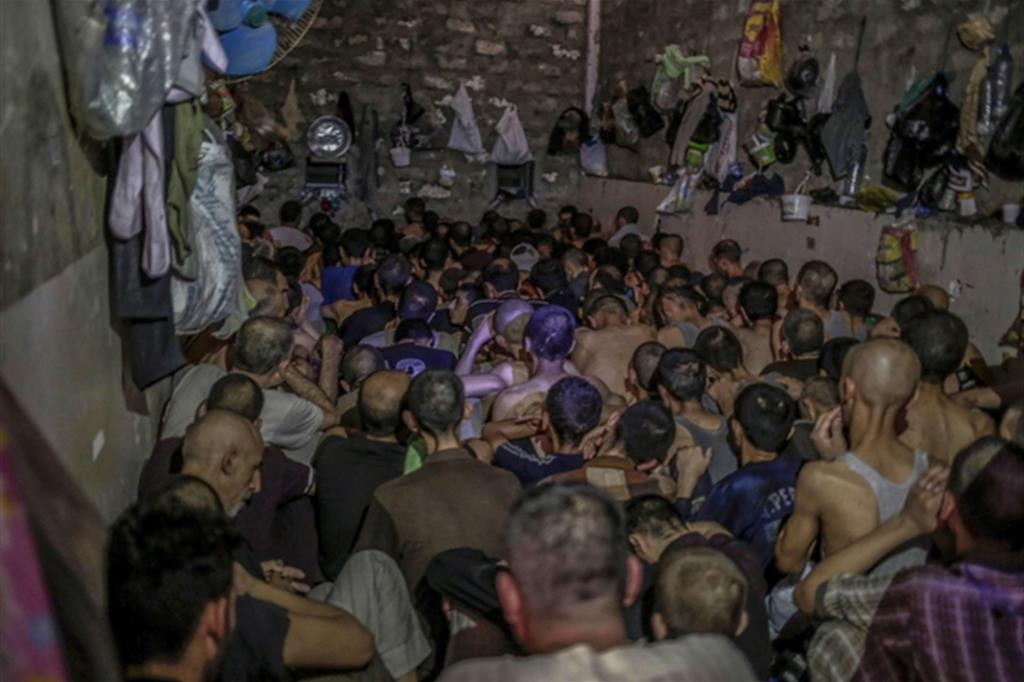 Le condizioni in cui vengopno reclusi, in un edificio alle porte di Mosul, i sospettati di aver fatto parte del Daesh (Ansa/Ap)