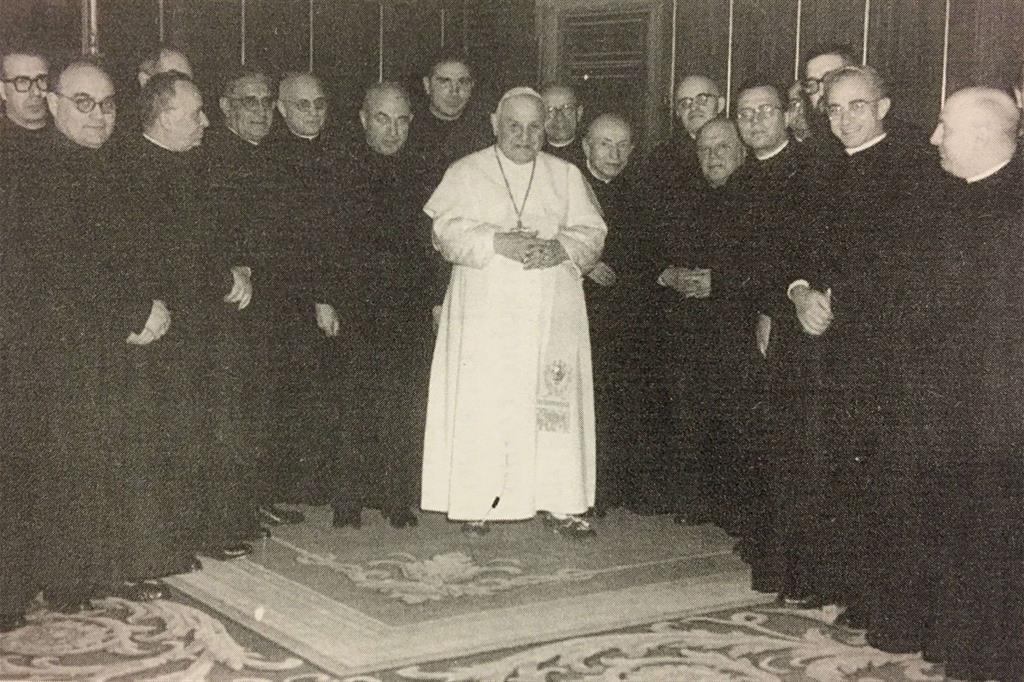 A destra, il Collegio degli scrittori di Civiltà Cattolica in udienza da Giovanni XXIII