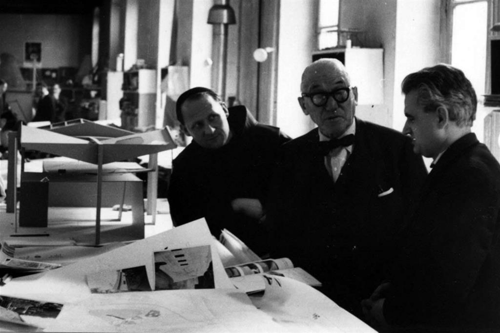 Padre Costantino Ruggeri, a sinistra, nello studio di Le Corbusier (Fondazione Frate Sole) -