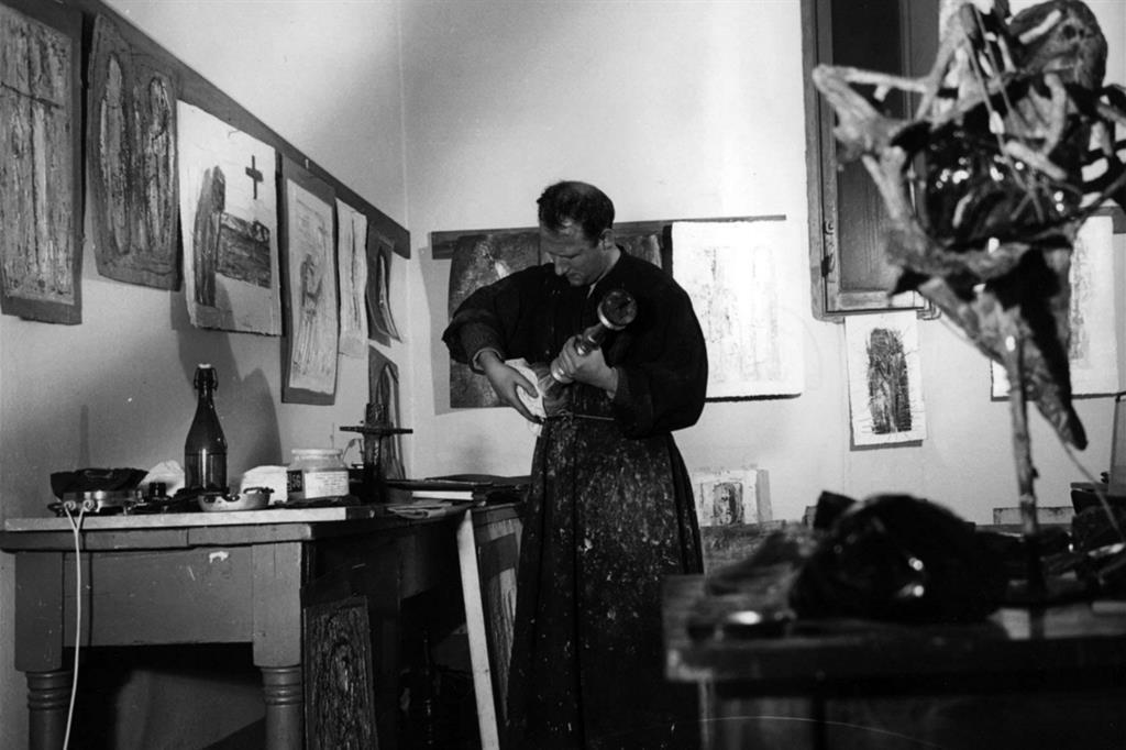 Padre Costantino al lavoro nello studio (Fondazione Frate Sole) -