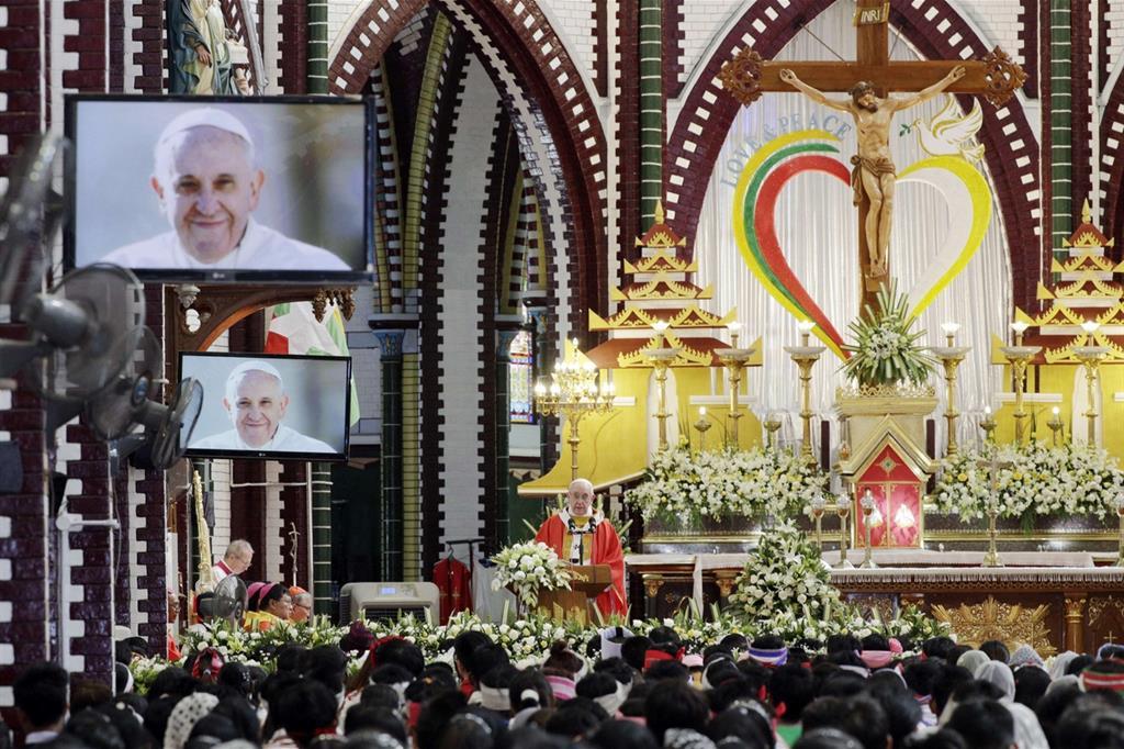 La Messa con i giovani nella cattedrale di Saint Mary a Yangon (Ansa)