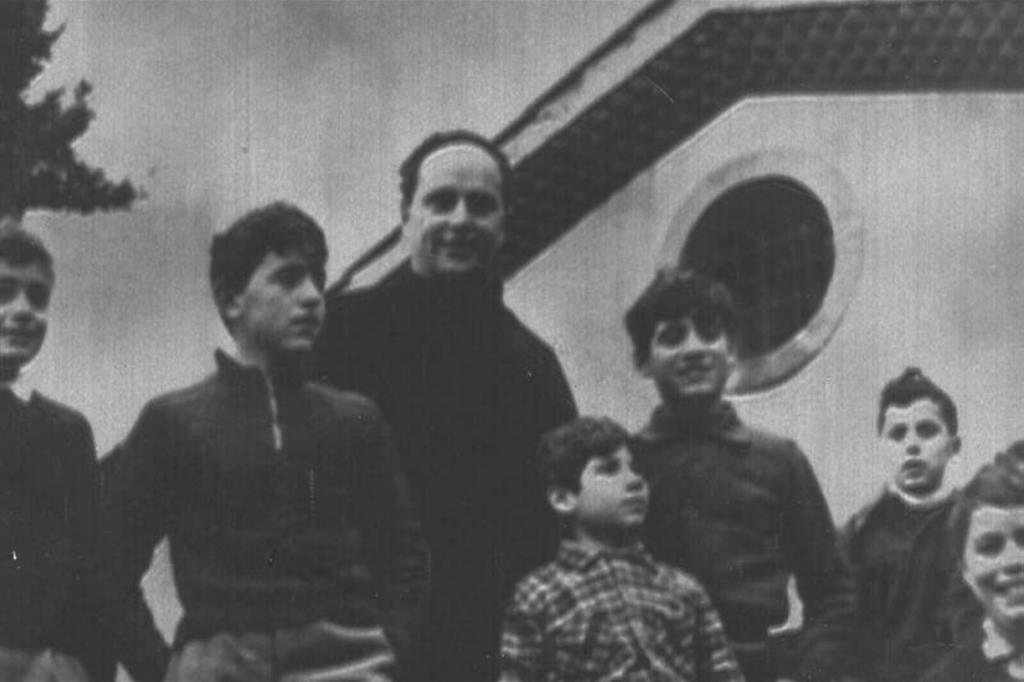 Don Lorenzo Milani con i suoi bambini (Ansa)