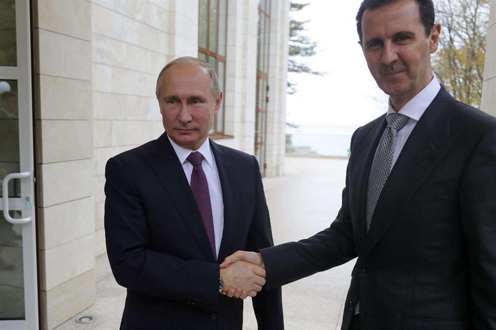 Stretta di mano tra Putin e il presidente siriano Assad a Sochi sul Mar Nero, in Russia (Ansa)