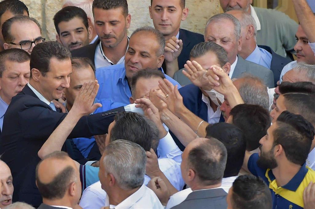 Il presidente siriano Bashar el-Assad ad Hama per la festa di Eid al-Fitr (Ap)