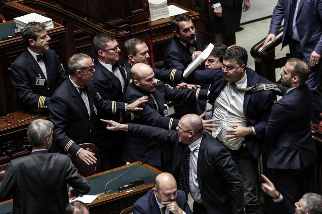 Manovra rissa alla camera oggi la fiducia for Parlamento ieri
