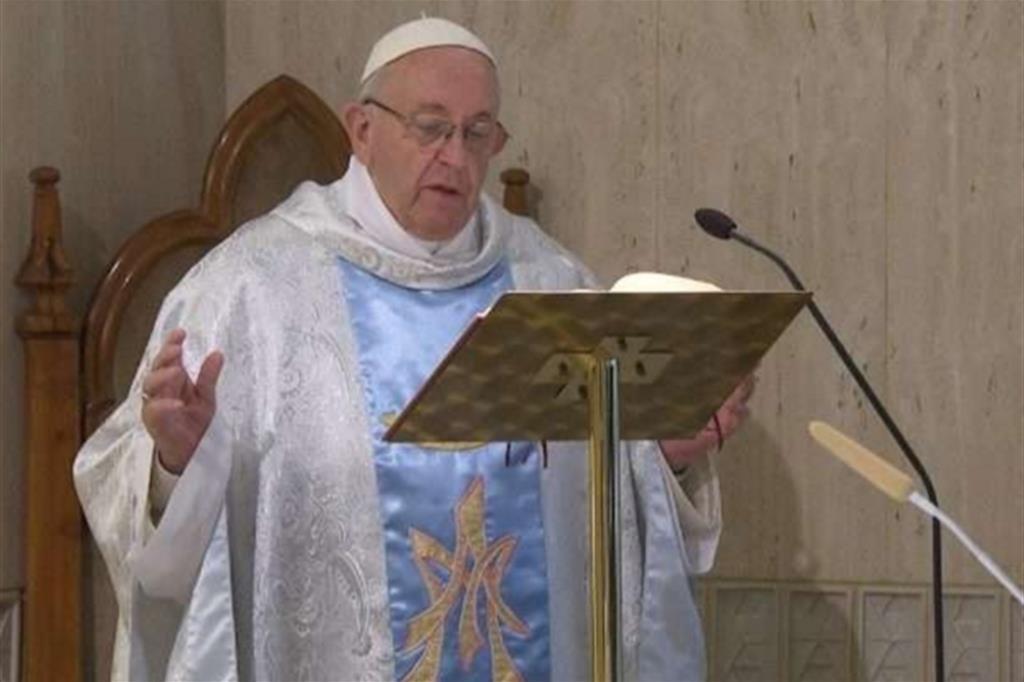 Papa: la Chiesa è donna e madre, come Maria