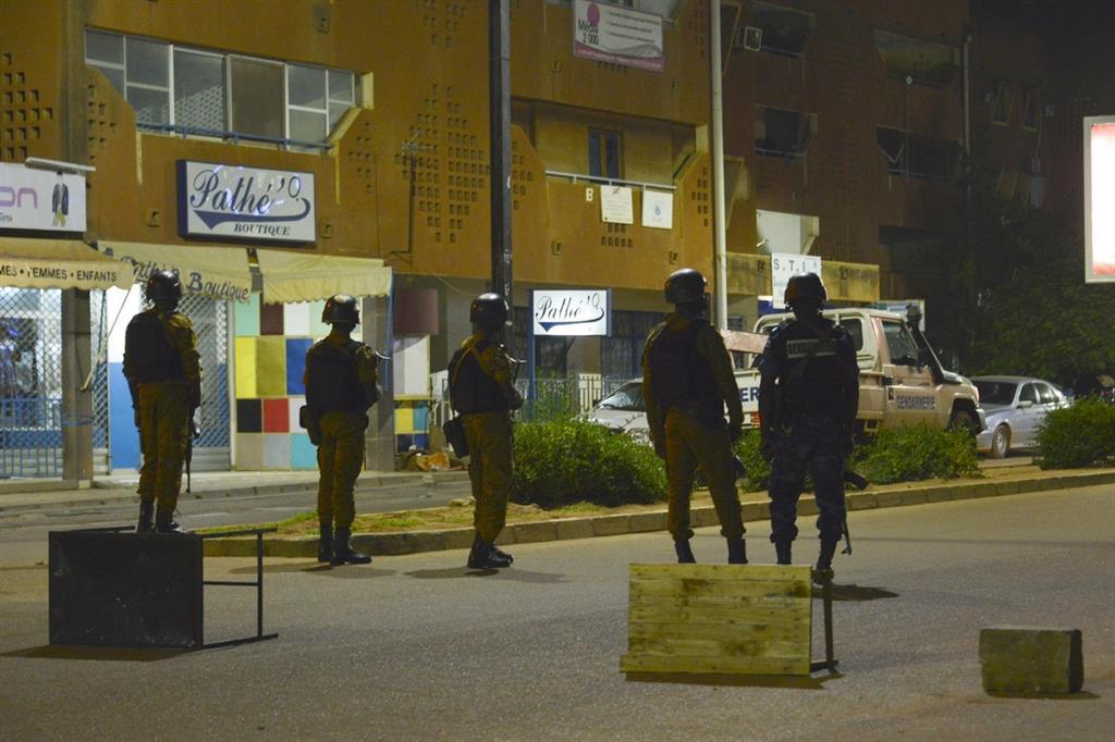 Militari del Burkina Faso schierati per le strade della capitale (Ansa)